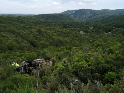 Mor un home de 68 anys en precipitar-se amb el vehicle al fons d'un barranc del Baix Penedès. Trànsit
