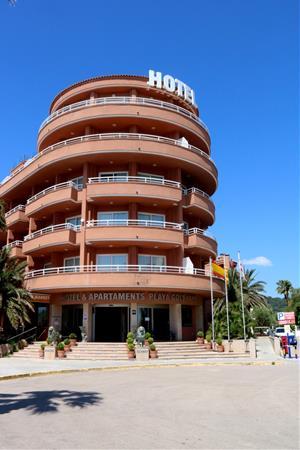 Pla general de la façana principal d'un hotel de Sitges