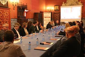 Pla general del consell directiu de l'AMI reunit en una de les sales del Palau Maricel de Sitges