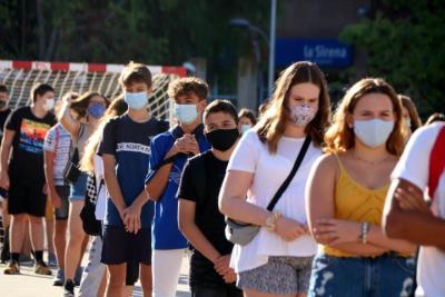 Pla mitjà d'alumnes de 4t d'ESO de l'institut Martí i Franquès de Tarragona en filera i amb mascareta durant la presentació al pati el 14 de setembre