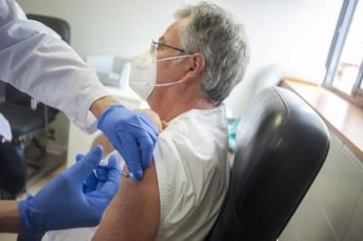 Comença la campanya de vacunació contra la covid-19 del personal de l'atenció primària al CAP de les Roquetes. Carles Castro