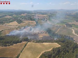 Cremen dues hectàrees de camp i mitja de terreny forestal a Sant Llorenç d'Hortons