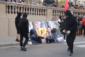 Cremen una foto de Sánchez i Aragonès a la protesta de l'esquerra independentista