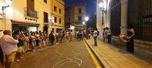 Desenes de persones es manifesten a Sitges contra els assassinats masclistes