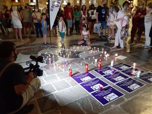 Desenes de persones es manifesten a Vilanova contra els assassinats masclistes