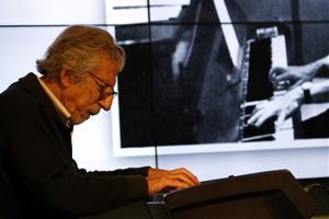 Detall de Francesc Burrull tocant el piano amb una foto seva antiga, aquest dijous 16 de febrer a l'Antiga Fàbrica Damm