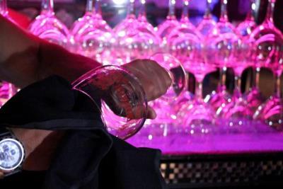 Detall de la neteja d'una copa en un bar musical de Sitges. Imatge publicada el 10 de maig del 2021. ACN