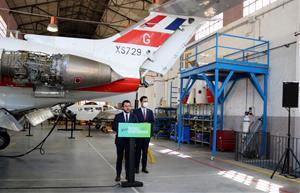 El president de la Generalitat, Pere Aragonès, i el conseller Roger Torrent, a les instal·lacions de l'escola d'aeronàutica de Vilanova