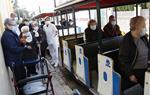 Els avis de residències de Cunit i Calafell fan un tomb en trenet turístic després d'un any sense sortir a l'exterior