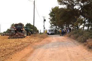 Els pagesos de l'Anoia llauren sense descans els camps de cereal per mirar de frenar el foc si vira