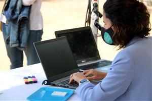 Els participants a l'assaig clínic per a la reobertura de l'oci nocturn a Sitges se sotmeten al segon test d'antígens