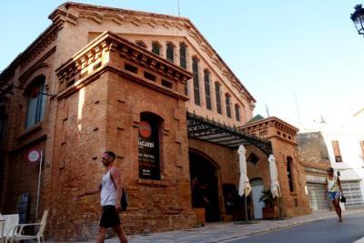 Gran pla general de l'exterior de la Casa Bacardí, al Mercat Vell de Sitges. Imatge de l'agost del 2019. ACN