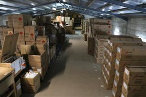 Gran pla general del magatzem d'una empresa pirotècnia, ple de comandes
