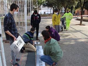 L'alumnat de l'institut Cabanyes consciencia la població sobre l'ús del clavegueram