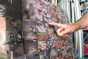 L'artista Joan Fontcuberta en el seu taller de Granollers amb el calendari basat en el fotomosaic 'Mirades des del confinament'