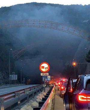 L'incendi d'un vehicle als túnels de Garraf obliga a tallar la C-32 a Sitges