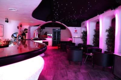Pla general d'un bar musical de Sitges, buit de clients. ACN