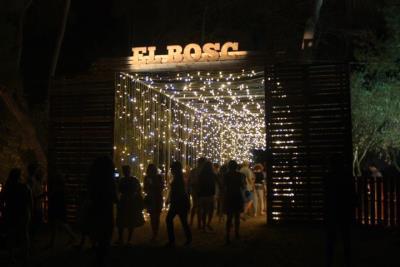 Pla general d'un dels passadissos que enllaça els escenaris del festival Vida , ple de llumetes. ACN