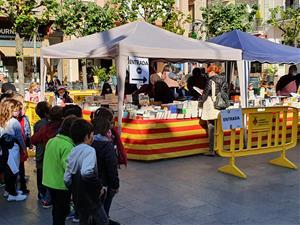 Sant Sadurní d'Anoia s'omple de llibres i roses per la diada més esperada de Sant Jordi