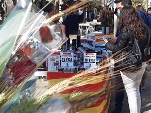 Sitges s'omple de llibres i roses per la diada més esperada de Sant Jordi