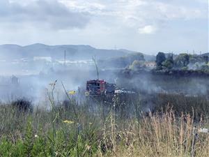 Un incendi crema matolls i dos vehicles a Vilanova i obliga a desallotjar una masia