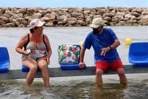 Una platja amb baranes i cadires dins l'aigua, la solució de Cunit per als banyistes amb mobilitat reduïda