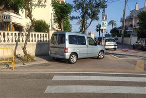 Vehicles mal aparcats al Prat de Vilanova