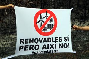 Veïns de la zona cremada a l'Anoia protesten per la massificació de macroprojectes solars i eòlics