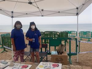 Voluntàries del GEPEC-EdC davant el niu de la tortuga babaua de Calafell