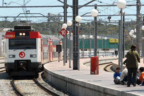 El president de la Generalitat obre la porta perquè la companyia ferroviària francesa opti a gestionar Rodalies Renfe i adverteix des de París que l'operadora SNCF té
