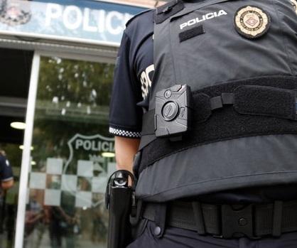 La Policia Local de Sant Adrià de Besòs acaba d'incorporar càmeres de videovigilància als uniformes. És el primer cos que adopta aquest sistema a Catalunya.