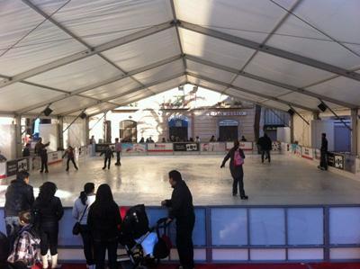 Els botiguers i els ajuntaments de Vilafranca del Penedès i Vilanova i la Geltrú han inaugurat en els darrers dies ambdues pistes de gel amb l'objectiu d'animar les compres als dos municipis. Els llums de Nadal i altres inversions de caràcter lúdic tenen el mateix objectiu