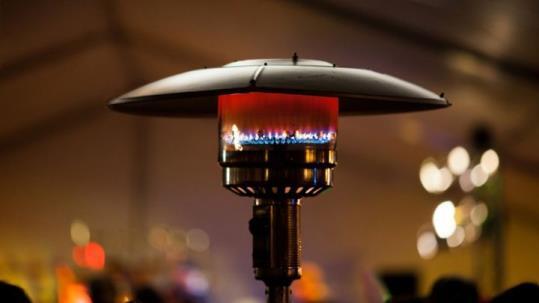 Des que l'any 2006 la llei antitabac va prohibir fumar a l'interior bars i restaurants, molts establiments han optat per dotar de calefacció les seves terrasses a l'aire lliure. Es calcula que una terrassa amb quatre estufes en marxa 8 hores al dia emet tant CO2 com viatjar en cotxe 350 quilòmetres.