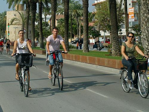 Passeig en bici per la façana maritima de Vilanova.